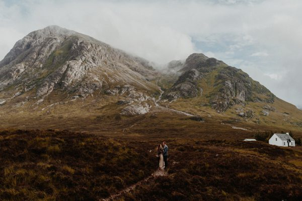 these-wild-portraits-in-glencoe-look-like-the-couple-has-the-world-to-themselves-12
