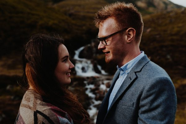 these-wild-portraits-in-glencoe-look-like-the-couple-has-the-world-to-themselves-15