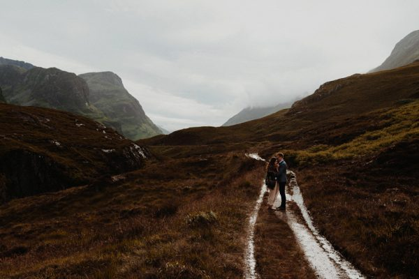 these-wild-portraits-in-glencoe-look-like-the-couple-has-the-world-to-themselves-17