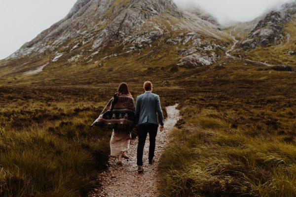 these-wild-portraits-in-glencoe-look-like-the-couple-has-the-world-to-themselves-2