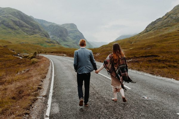 these-wild-portraits-in-glencoe-look-like-the-couple-has-the-world-to-themselves-21