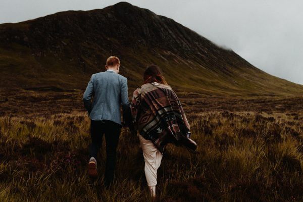 these-wild-portraits-in-glencoe-look-like-the-couple-has-the-world-to-themselves-8