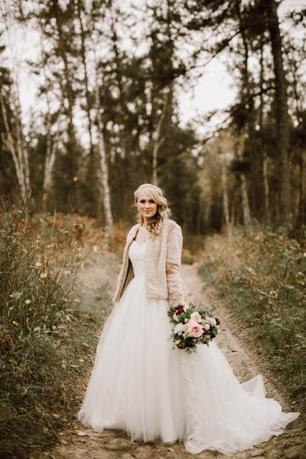 elegant-marsala-and-champagne-manitoba-wedding-at-the-rustic-wedding-barn-ariana-tennyson-photography-17-600x900