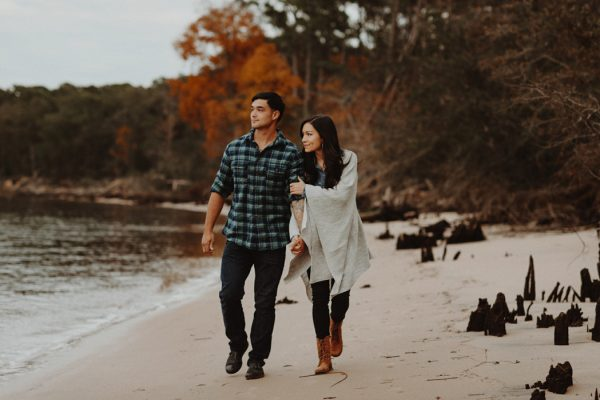 cozy-campfire-engagement-session-at-carolina-beach-state-park-2