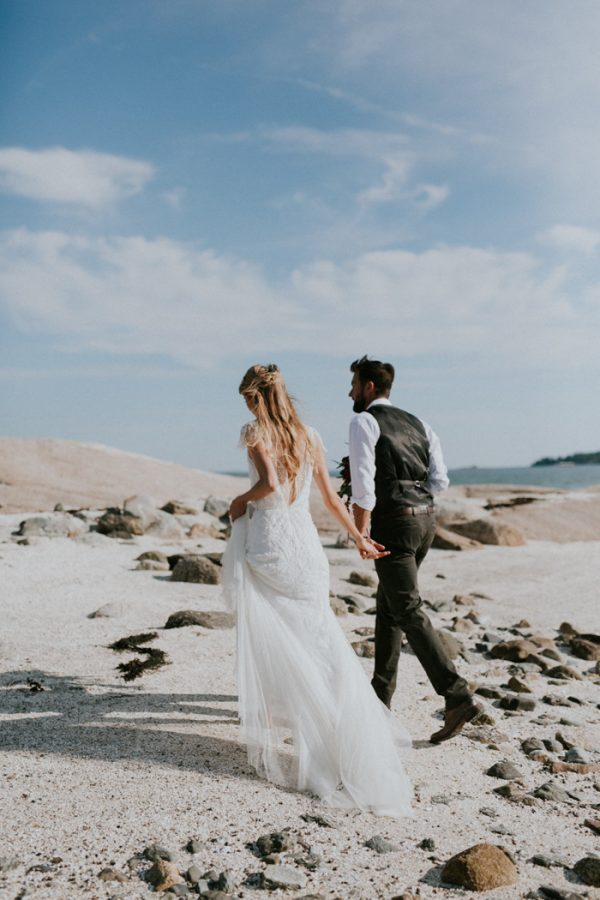 naturally-boho-maine-wedding-at-the-lookout-45-600x900