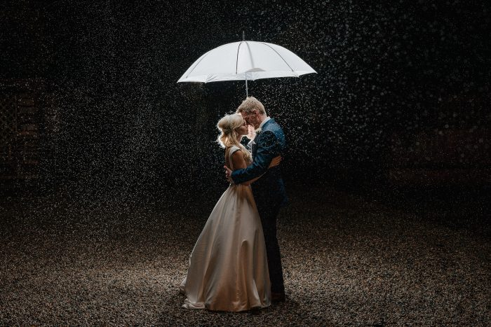 33 Photos That Prove Rain On Your Wedding Day Can Be More