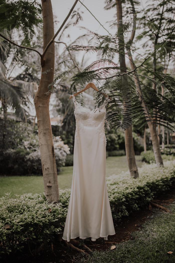 05902c0da862 Tropical Glam Costa Rica Wedding at Pangas Beach Club | Junebug Weddings